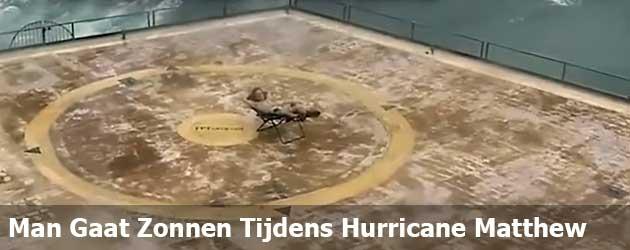 Dappere Man Gaat Lekker Zonnen Tijdens Hurricane Matthew