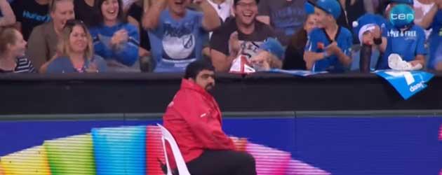 Bewaker Steelt de show tijdens een cricketwedstrijd