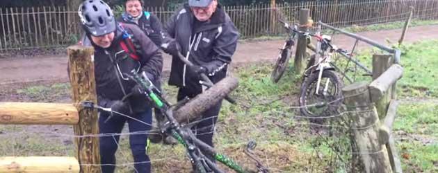 Drie Oude mannetjes proberen een Fiets uit het Schrikdraad te krijgen