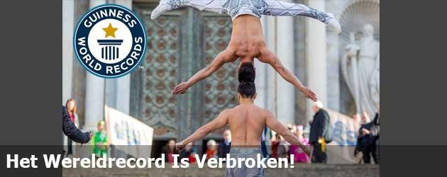 Het Record Meeste Traptreden Met Een Persoon Balancerend Op je hoofd Is verbroken!