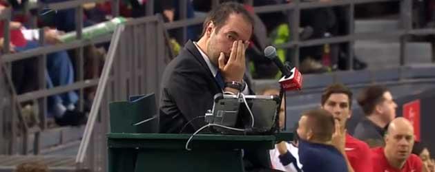 Tennisbal keihard in het gezicht van de scheidsrechter geslagen