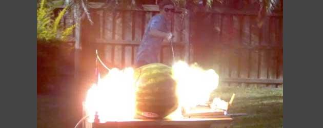 Wat gebeurt er als je 20,000 door een watermeloen heen jaagt?