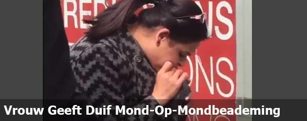 Vrouw Geeft Duif Mond-Op-Mondbeademing