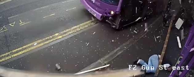 Britse man van staal wordt omvergereden door bus en stapt daarna vrolijk de kroeg in
