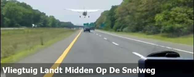 Vliegtuig Landt Midden Op De Snelweg