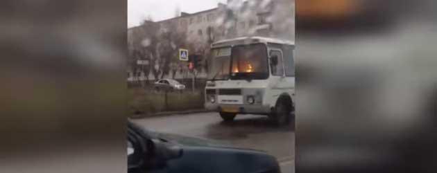 Bizar: Een Rijdende Brandende Bus In Rusland