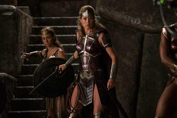 En daar is de eerste foto van Doutzen Kroes in Justice League. Stoer hoor, heeft ze toch mooi met Ben Affleck samen gespeeld.
