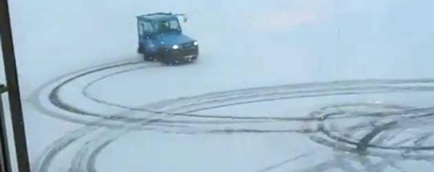 Schiphol Medewerker Gaat Dol In De Sneeuw