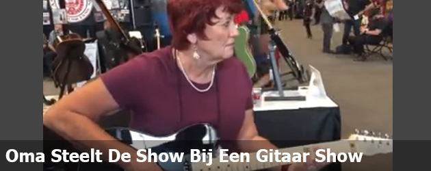Oma Steelt De Show Bij Een Gitaar Show