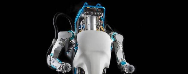 Vrouw Komt Mega Robot Tegen In Het Bos